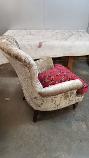 Buttoned armchair